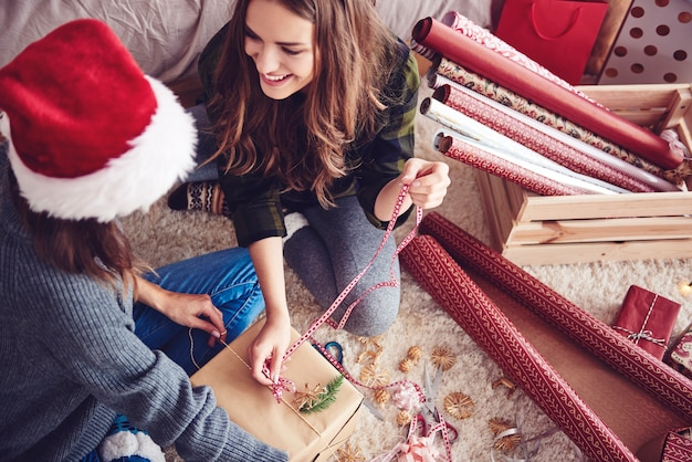 Przyjaciele robią razem świąteczny prezent