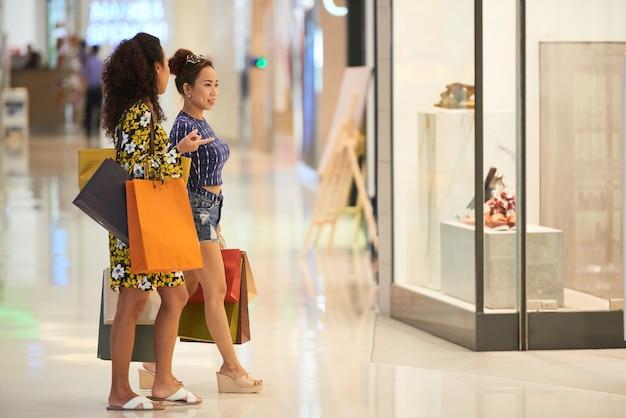 Przyjaciele robią zakupy na ubrania w mall