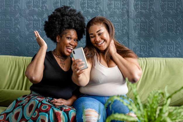 Przyjaciele robiący razem selfie