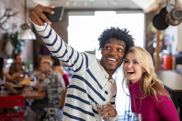 Przyjaciele robiący selfie na imprezie