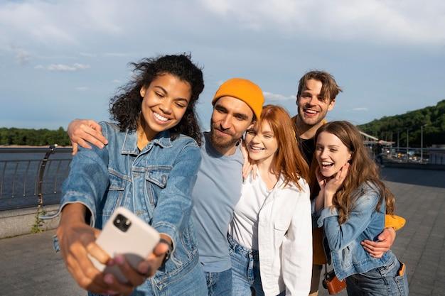 Przyjaciele robiący selfie razem średnie zdjęcie