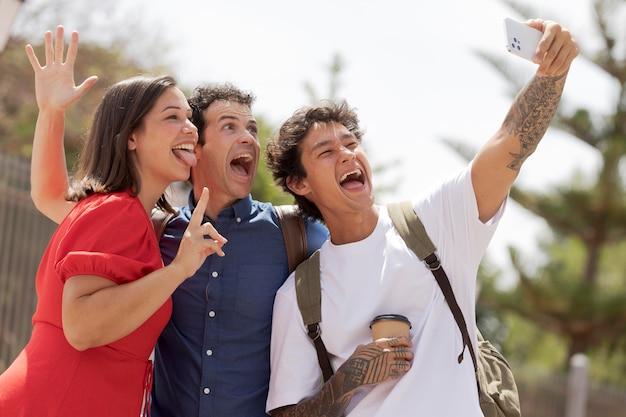 Przyjaciele robiący selfie średnie zdjęcie