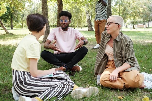 Przyjaciele rozmawiają podczas spotkania w parku
