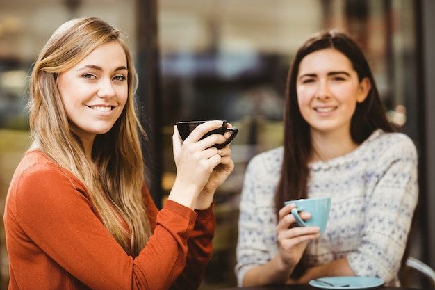 Przyjaciele rozmawiają przy kawie