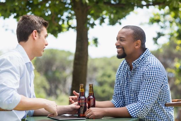Przyjaciele rozmawiają przy piwie