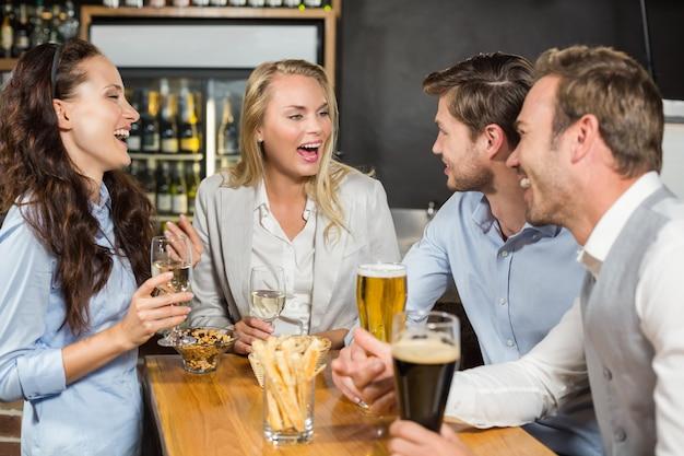 Przyjaciele rozmawiają przy stole