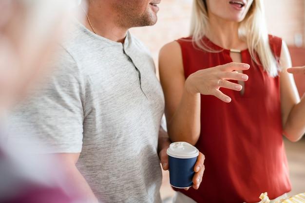 Przyjaciele rozmawiają w kawiarni