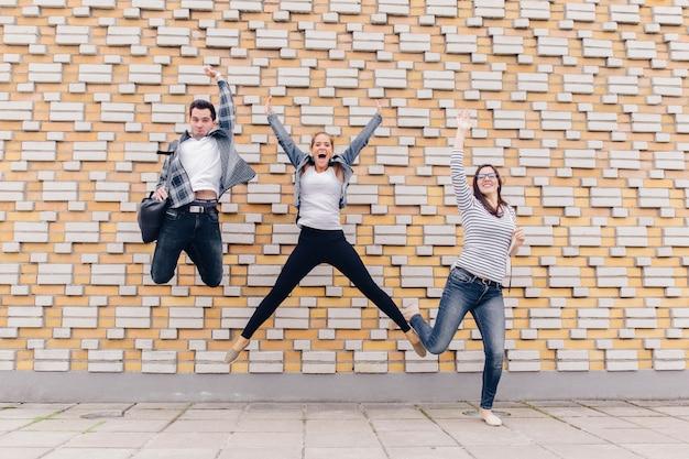 Przyjaciele skaczą na zewnątrz