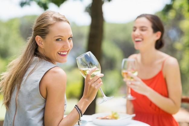 Przyjaciele śmieją się podczas picia wina