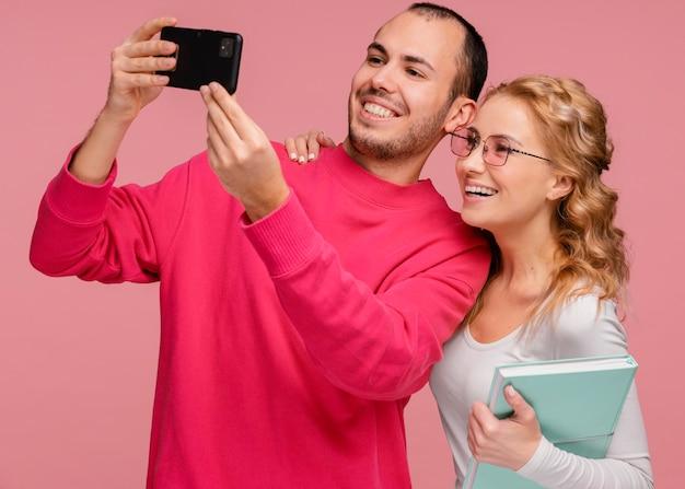 Przyjaciele śmieją się podczas robienia selfie