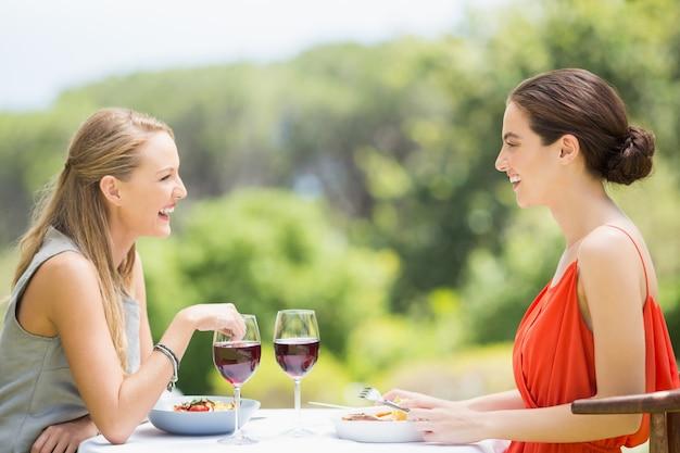 Przyjaciele śmiejąc się podczas jedzenia