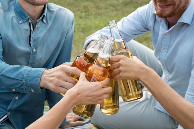 Przyjaciele spędzają razem czas na świeżym powietrzu i piją piwo