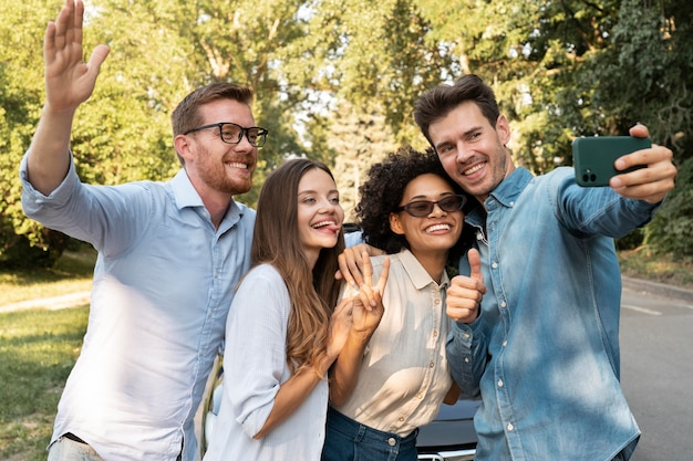 Przyjaciele spędzają razem czas na świeżym powietrzu i robią sobie selfie