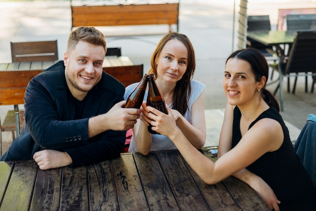 Przyjaciele spędzają razem czas pijąc alkohol
