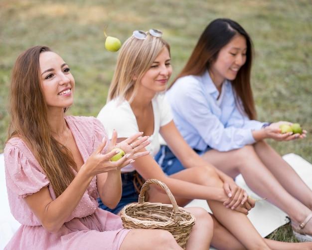 Przyjaciele spędzający razem czas na świeżym powietrzu wracają do normy