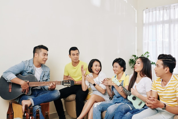 Przyjaciele śpiewają razem