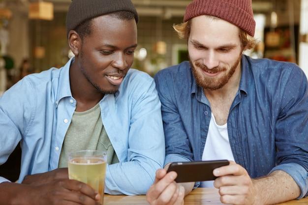 Przyjaciele spotykają się razem w kawiarni pijąc piwo