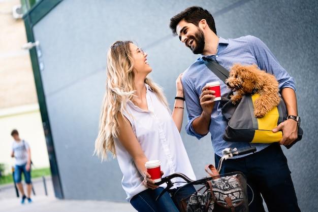 Przyjaciele, studenci, koncepcja edukacji i szczęścia. szczęśliwi ludzie pijący kawę i rozmawiający na ulicy miasta