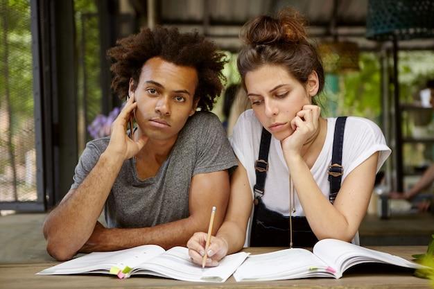 Przyjaciele studiują razem w kawiarni