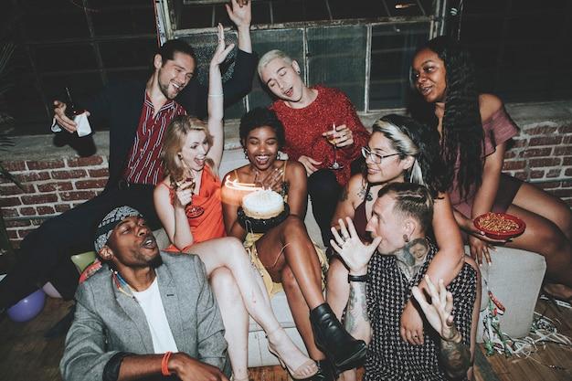 Przyjaciele świętują na przyjęciu urodzinowym