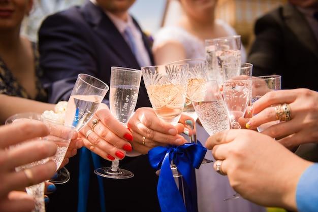 Przyjaciele świętują wesele