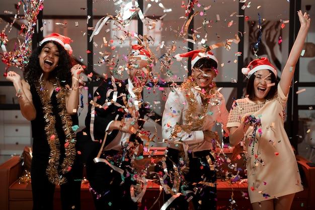 Przyjaciele świętujący nadchodzący nowy rok