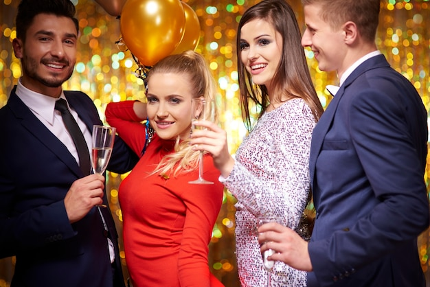 Przyjaciele świętujący nowy rok