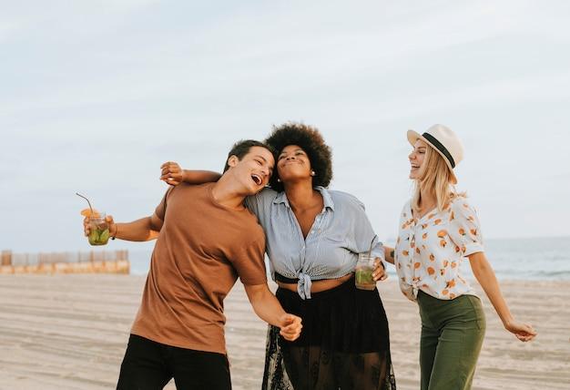 Przyjaciele tańczą i bawią się na plaży