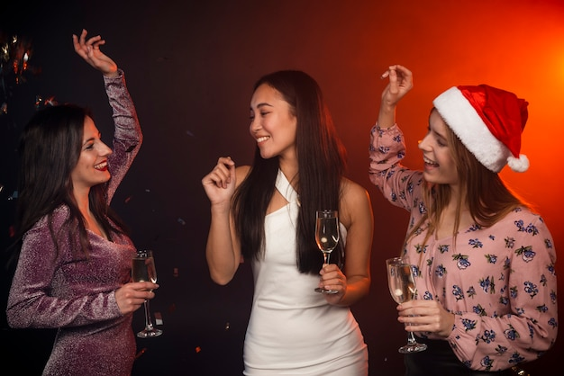 Przyjaciele tańczą na imprezie noworocznej