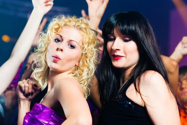 Przyjaciele tańczą w klubie lub dyskotece
