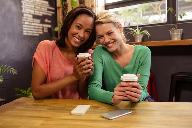 Przyjaciele trzyma kawę