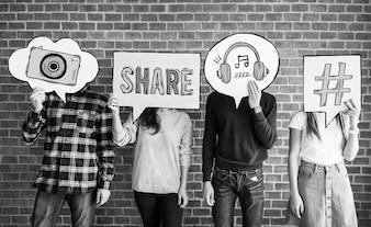 Przyjaciele trzyma się bańki myśli z ikony mediów społecznych koncepcji