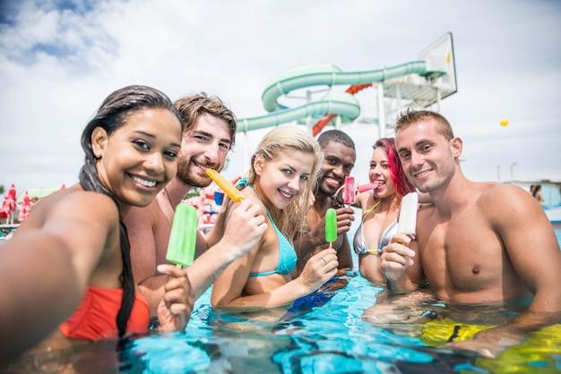 Przyjaciele w basenie