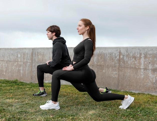 Przyjaciele w odzieży sportowej ćwiczeń na świeżym powietrzu