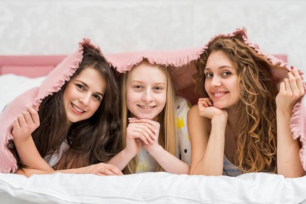 Przyjaciele w party pijama pozuje do zdjęcia