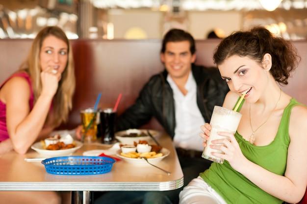 Przyjaciele w restauracji, jedzenie fast food