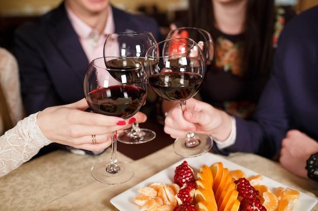 Przyjaciele w restauracji piją wino.