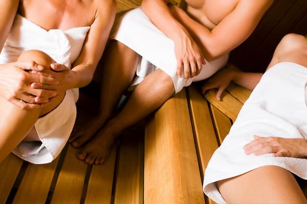 Przyjaciele w saunie