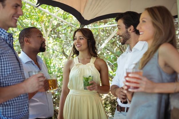 Przyjaciele wchodzący w interakcję z alkoholem przy ladzie