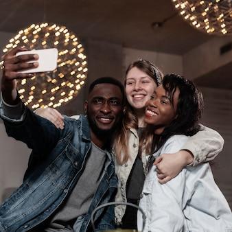 Przyjaciele wielorasowe przy selfie