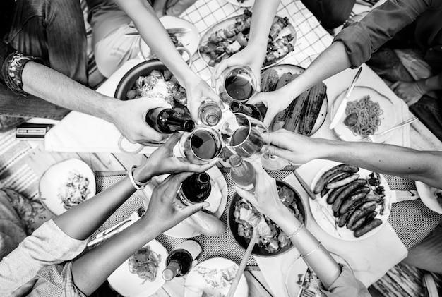 Przyjaciele wznoszą toast na świeżym powietrzu