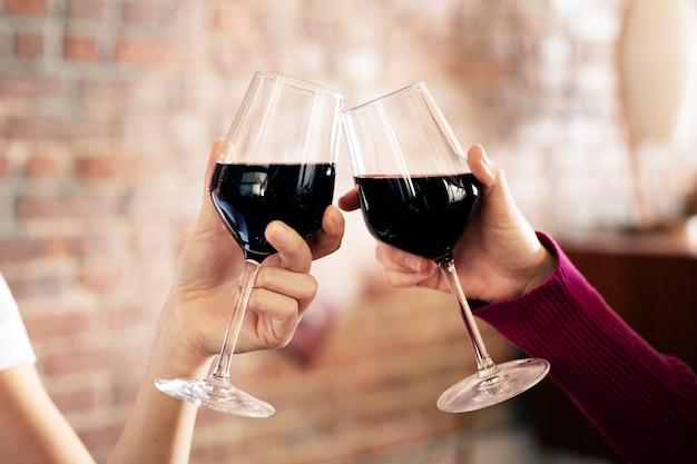 Przyjaciele wznoszący toast na kolacji