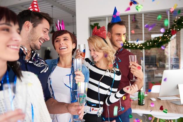 Przyjaciele z biura na imprezie