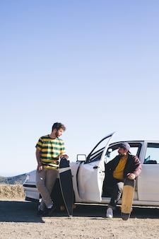 Przyjaciele z deskorolkami i samochodem