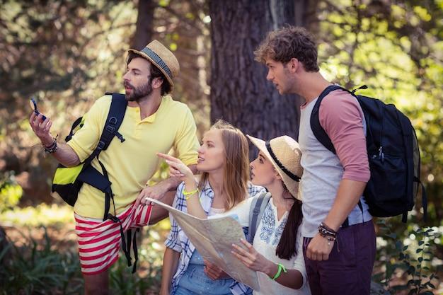 Przyjaciele z mapą, patrząc na kierunek