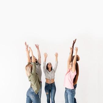 Przyjaciele z miejsca na kopię z podniesionymi rękami