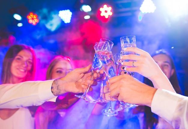 Przyjaciele z napojami alkoholowymi na imprezie.