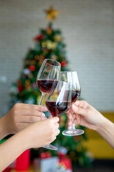 Przyjaciele z okazji bożego narodzenia lub sylwestra z szampanem