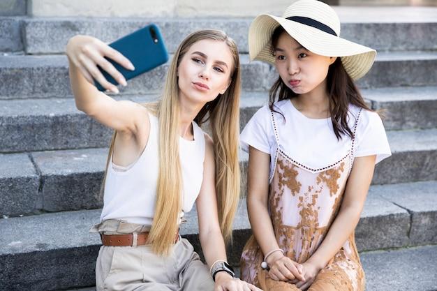 Przyjaciele z przodu robią sobie selfie