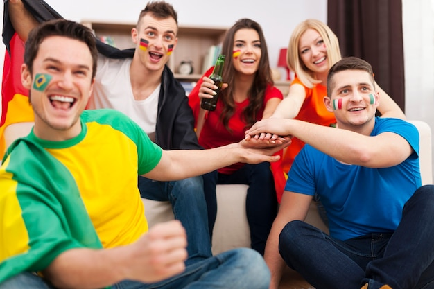 Przyjaciele z różnych narodów wspierający drużynę piłkarską